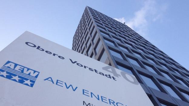 Eingang zum AEW-Hochhaus in Aarau mit Schild.