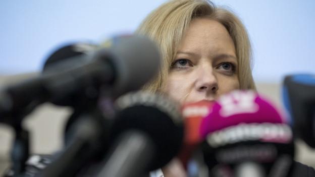 Staatsanwälting Barbara Looppacher hinter Mikrofonen.