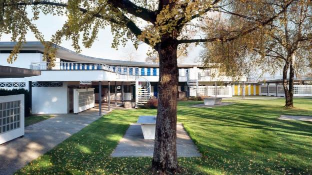 Das Grenchner Freibad liegt in einer parkähnlichen Anlage.
