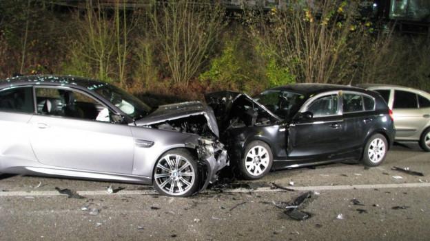 Im Aargau gab es 2015 zwar weniger Verkehrsunfälle, aber dennoch mehr Verkehrstote. Im Bild: Unfall in Suhr im November.