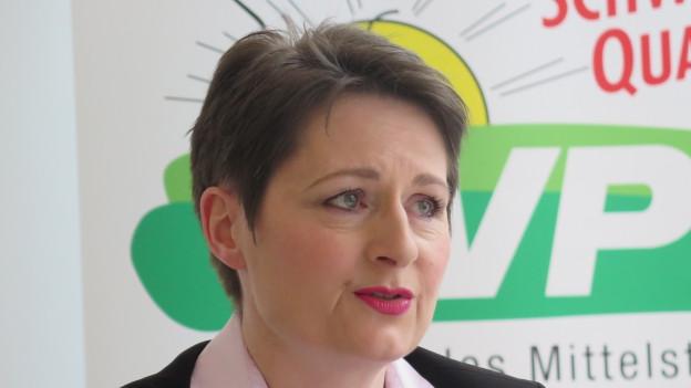 Franziska Roth an der Medienkonferenz vor dem SVP-Logo.