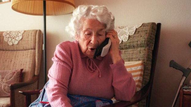 Die Betrüger geben sich am Telefon als Verwandte aus und versuchen so Geld zu ergaunern.