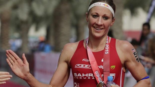 Daniela Ryf gewinnt den Ironman-Triathlon in Bahrain.