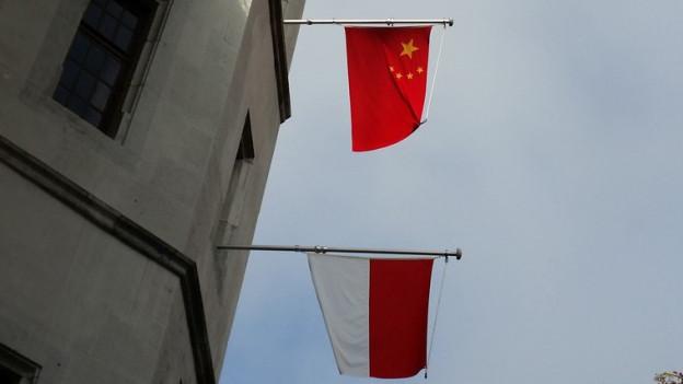 Flaggen von China und dem Kanton Solothurn.