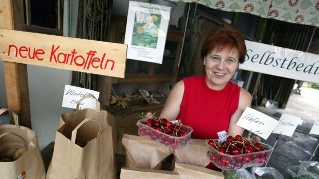Bauernfrau bietet Produkte an