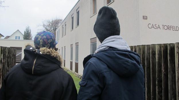Zwei Asylsuchende vor der kantonalen Unterkunft in Buchs