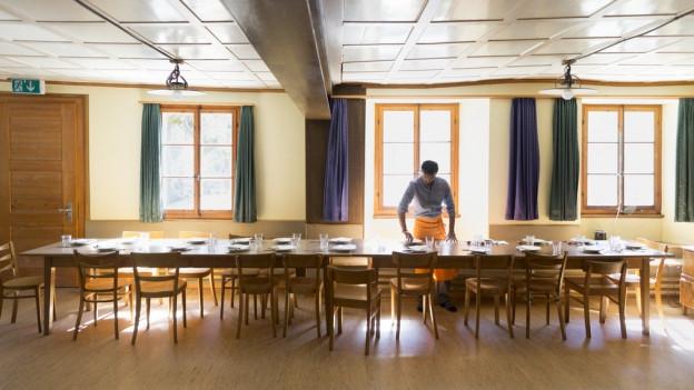 Ein Asylsuchender bereitet den Mittagstisch vor, am 20. April 2016 in einer temporären Asylunterkunft auf der Rigi-Klösterli. Die Asylsuchenden leben während der Zwischensaison in einem von der Caritas als Asylunterkunft genutzten Ferienhaus auf der Rigi-Klösterli. Zum Zeitpunkt der Fotodokumentation waren 14 von 50 Plätzen mit Asylsuchenden.