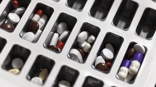 Medikamente in einer Dosierungsschale.