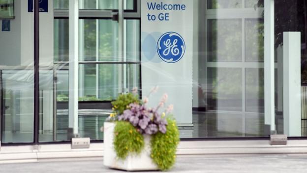 Eingang zu Bürogebäude mit GE-Logo