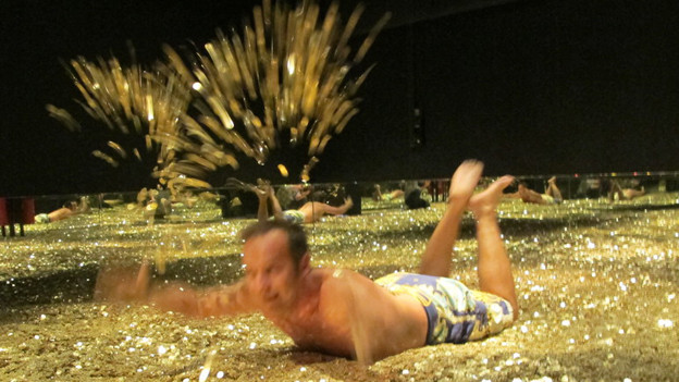 Mann badet in Geld