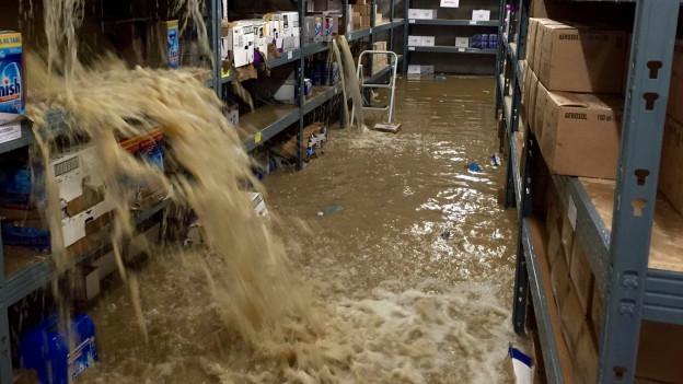 Das Wasser lief über die Einfahrt und über Licht- und Lüftungsschächte ins unterirdische Lager der Firma Power Force in Möriken.