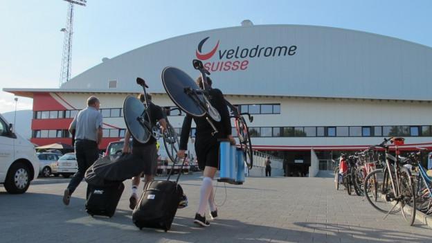 Velodrome mit Velofahrern vor dem Eingang