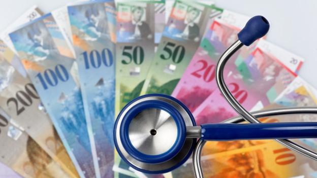 Geld und Stetoskop