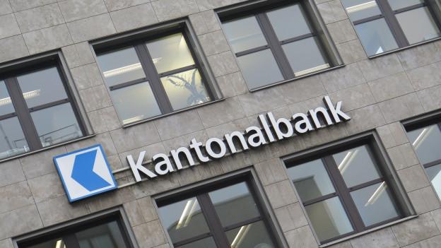 Der Grosse Rat hat entschieden, dass die Aargauische Kantonalbank mehr Geld in die Staatskasse abliefern muss.
