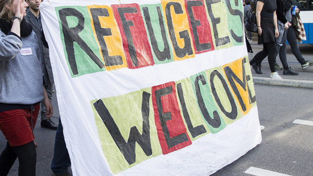 "Eine Demonstration mit Plakat""Refugees Welcome""."