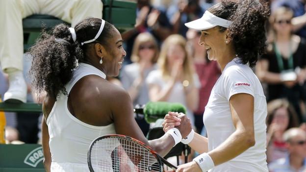 Serena Williams und Amra Sadikovic schütteln sich die Hand nach dem Spiel in Wimbledon.