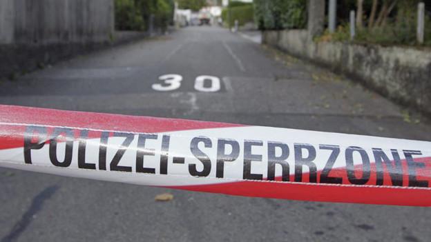 """Rot-weisses Absperrband, Aufschrift """"Polizei""""."""