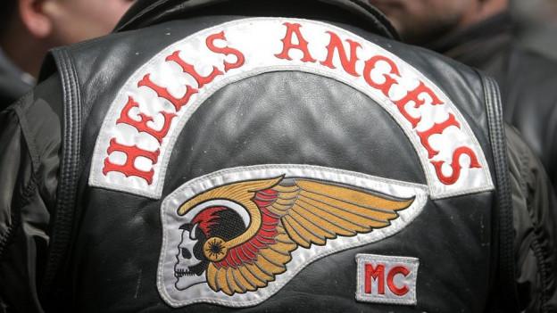 Die Rückseite der Jacke eines Hells Angels mit dem Emblem.