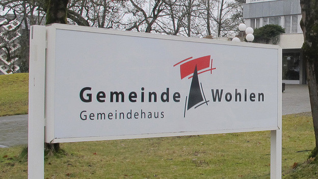 Schild vor dem Gemeindehaus Wohlen.