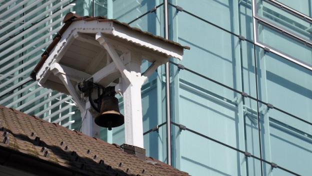 Glocke vor ABB-Gebäude.
