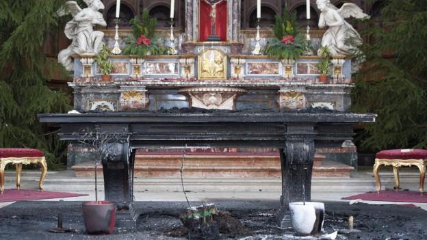 Verbrannter Altar in der Kathedrale