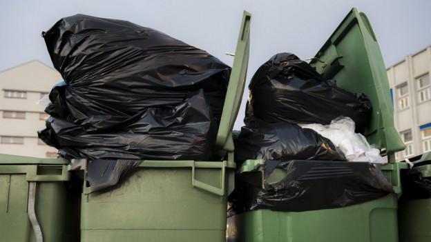 Container mit Abfallsäcken