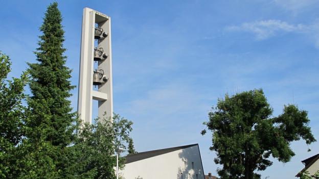 Kirchturm vor blauem Himmel.