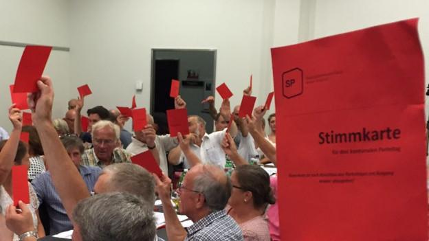 Rote Stimmkarten.