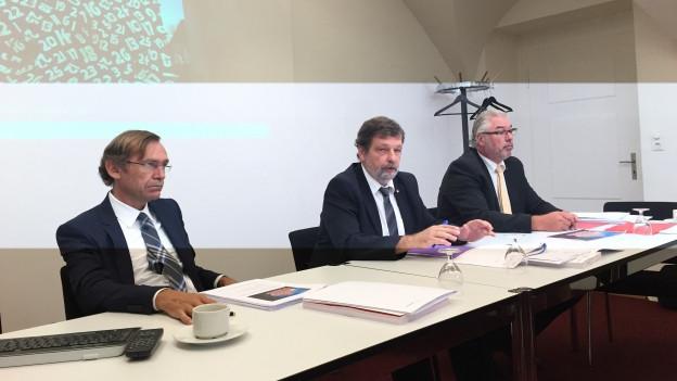 Finanzdirektor Roland Heim (Mitte) mit Andreas Bühlmann, Chef Finanzamt (links) und Beat Loosli, Finanzkommission.