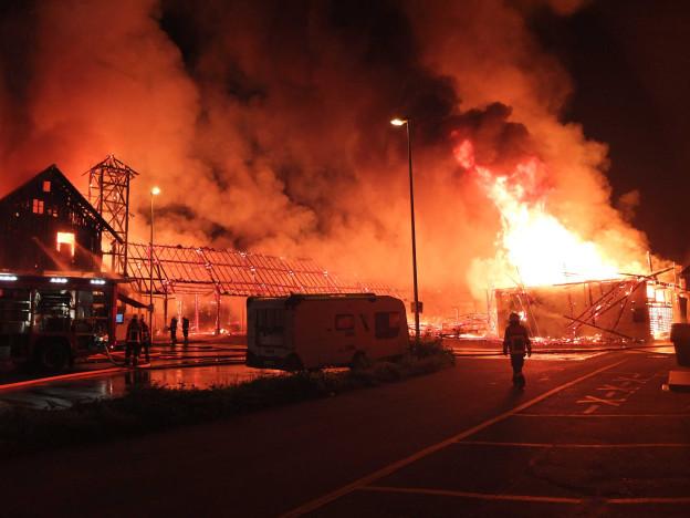 Lichterloh brennende Holzhalle