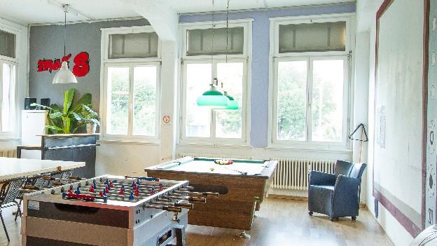 Töggelikasten und Billard-Tisch in einem Jugendraum