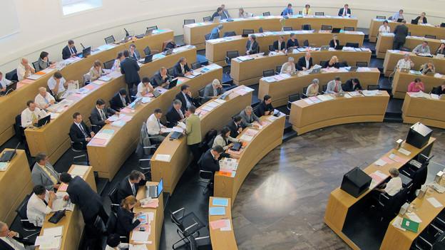 Parlamentssaal mit Politikern aus der Vogelperspektive.