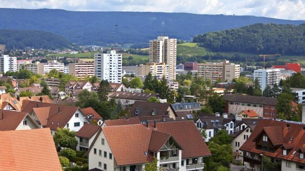 Blick auf Spreitenbach mit den Hochhäusern im Hintergrund.