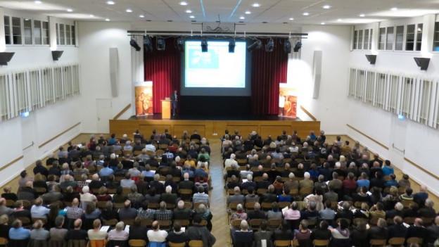 Blick in einen Saal voller Menschen.