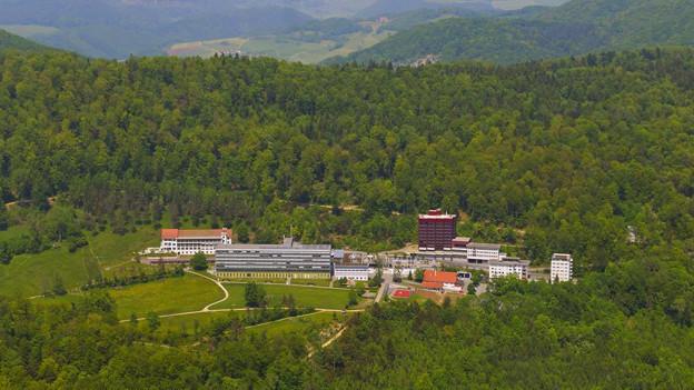 Auf der Barmelweid gibt es neben der Klinik seit 2011 ein Pflegezentrum. Beides gehört dem Verein Barmelweid.