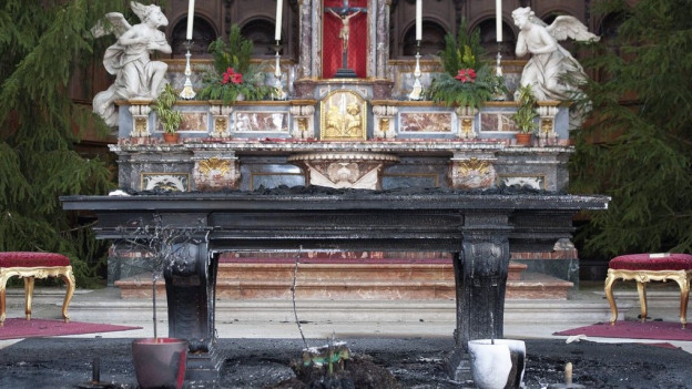 Ein verkohlter Altar in der Kathedrale.