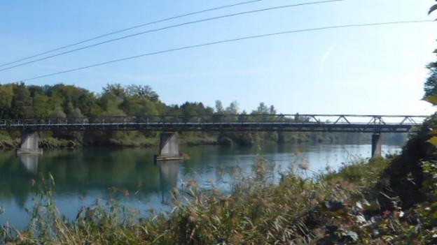 Der alte Steg über die Aare vom Ufer aus.