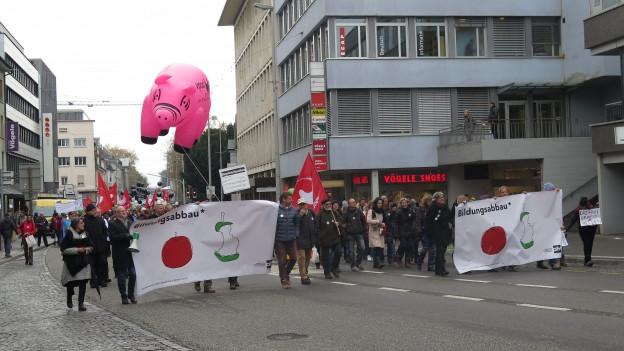 Demonstrierende Lehrer mit Transparenten.