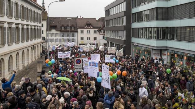 Viele Leute an einer Demonstration.