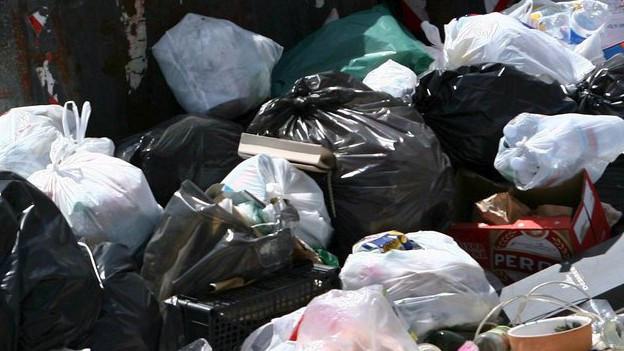 Ein Haufen von Abfallsäcken.