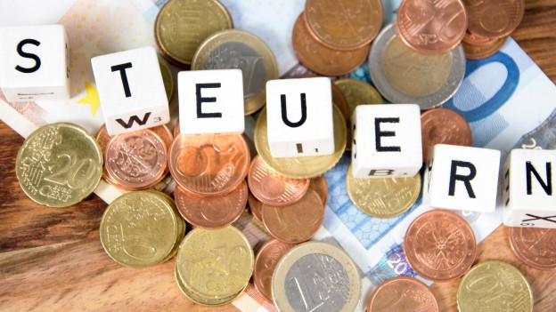 """Münzen und darüber der Schriftzug """"Steuern"""""""