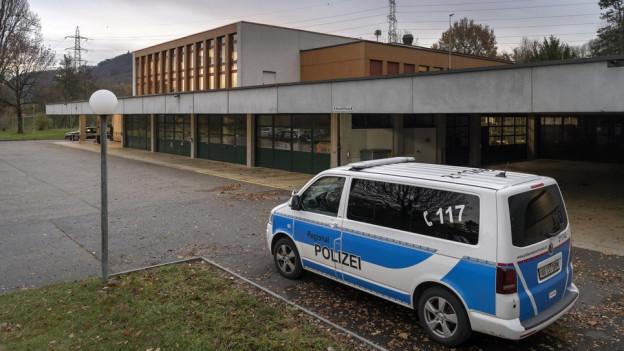 Polizeifahrzeug vor dem Ausbildungszentrum