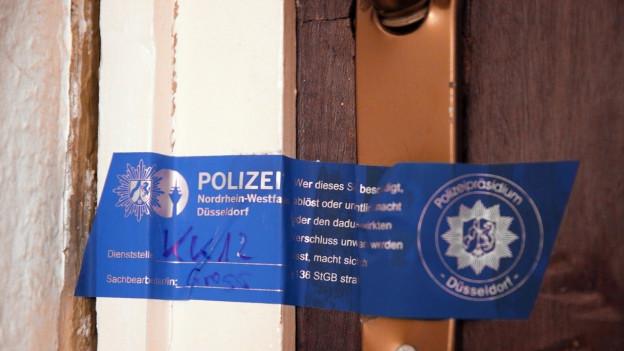 Polizeisiegel an Türe.