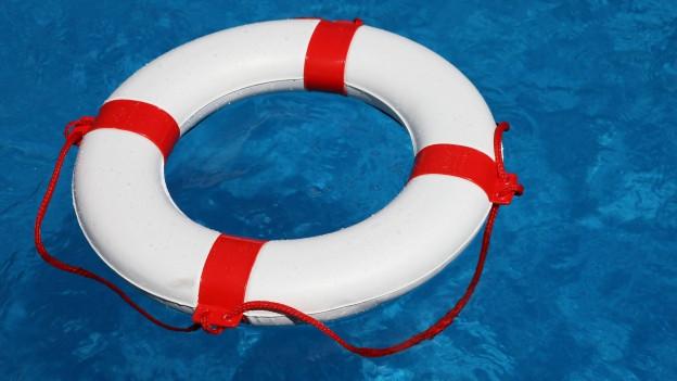 Rettungsring auf Wasser.