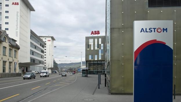 Schilder ABB und Alstom.