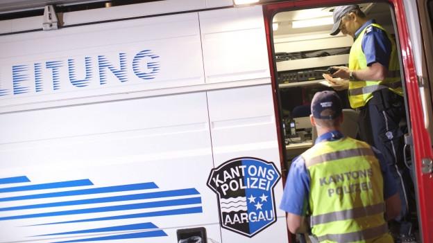 Die Aargauer Kantonspolizei überprüfte die Personalien aller kontrollierten Personen.