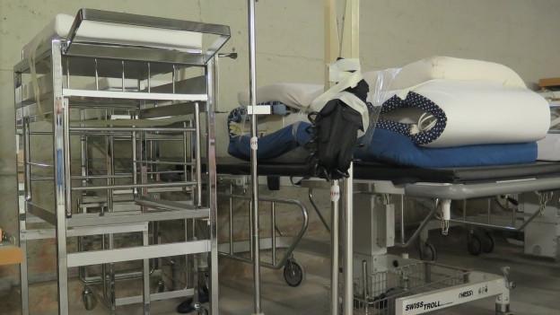Spitalbetten und anderes Gerät vor dem Abtransport.