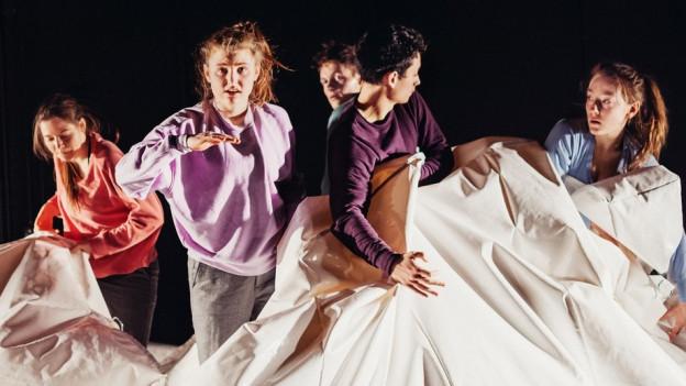 Hänsel und Gretel auf der Bühne, mit Yan Balistoy, Annina Hunziker, Meret Zangger, Joel Zumbrunnen und Rahel Stork.