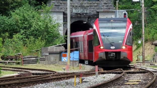 Zug fährt aus Weissenstein-Tunnel in Oberdorf