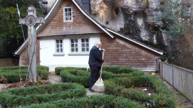 Auch «Hauswarts-Arbeiten» gehören zu den Aufgaben von Einsiedler Michael Daum, hier vor seinem Wohnhaus in der Verenaschlucht.
